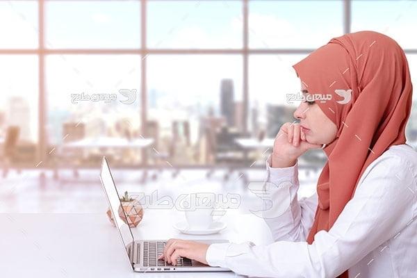 عکس تبلیغاتی خانم با حجاب و رایانه