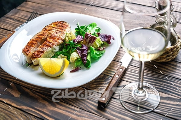 کباب گوشت ماهی و لیمو و سالاد و سبزیجات