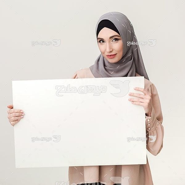 عکس تبلیغاتی خانم با حجاب و تابلو پوستر خام