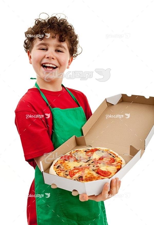 تصویر با کیفیت از پیتزا و بچه آشپز