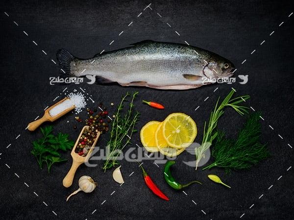 عکس ماهی تزئین شده و لیمو و ادویه جات