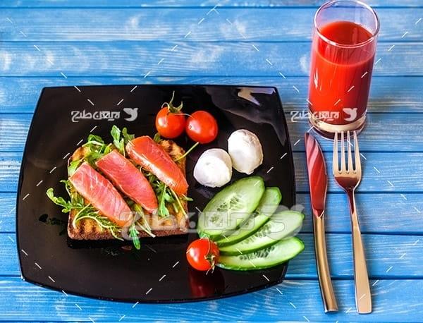 ساندویچ گوشت ماهی،خیار سبز ، گوجه فرنگی و نوشیدنی