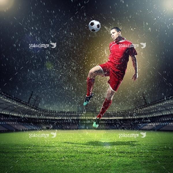 تصویر با کیفیت ضربه توپ و فوتبالیست و ورزشگاه فوتبال