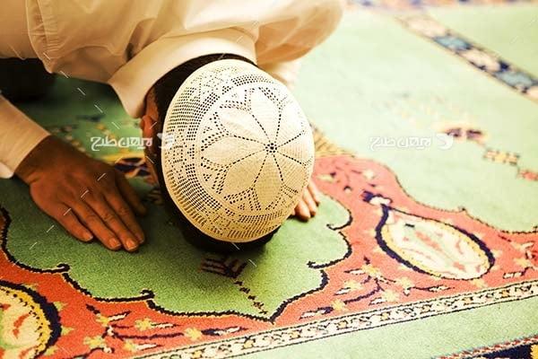 تصویر شخص در حال نماز خواندن