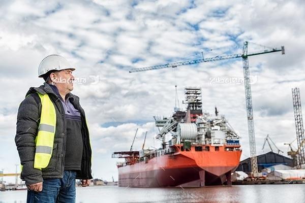 تصویر صنعتی گمرک، مهندسین صنعتی و کلاه ایمنی و کشتی