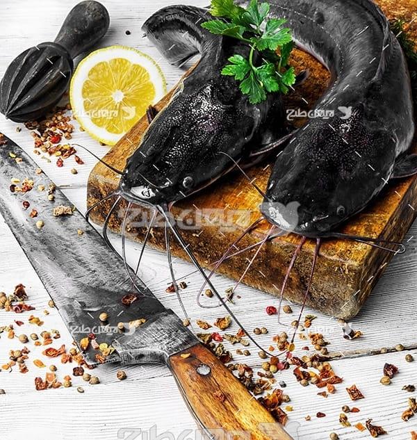 ماهی سیاه سبیل دار و لیمو و چاقو
