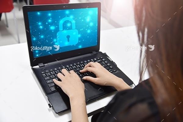تصویر از قفل و امنیت در فضای سایبری و لپ تاپ