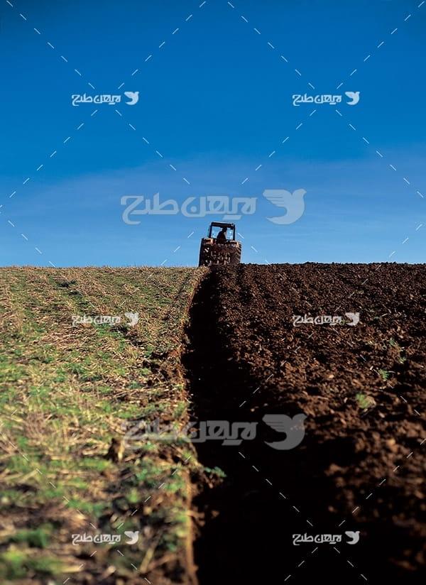 کشاورزی شخم زدن زمین و تراکتور
