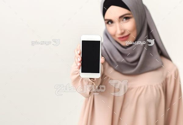 عکس تبلیغاتی خانم با حجاب و موبایل
