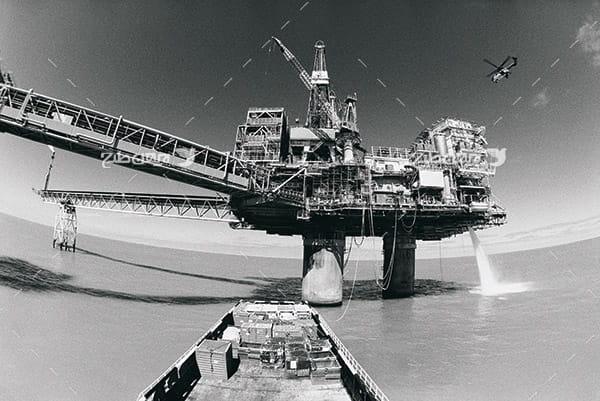 تصویر صنعتی سیاه سفید از دکل نفت