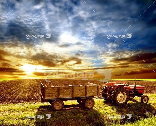تراکتور و مزرعه کشاورزی