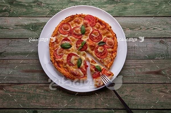 پیتزا در بشقاب و چنگال