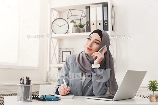 عکس تبلیغاتی خانم با حجاب و صحلت کردن با موبایل