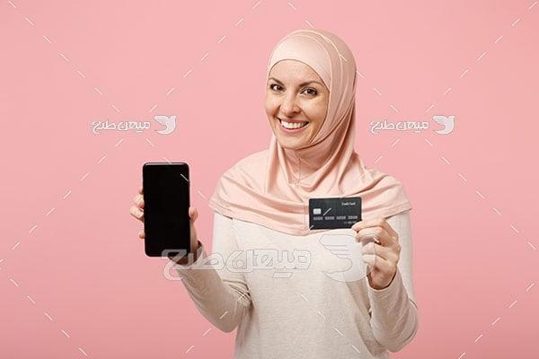 عکس تبلیغاتی زن با حجاب و موبایل و پرداخت کارت