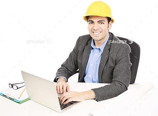تصویر انسان،مرد،لپ تاپ و کلاه ایمنی
