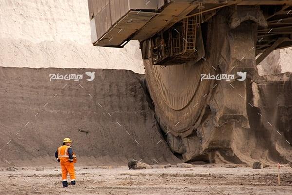تصویر صنعتی از دستگاه غول آسا برای خرد کردن کوه