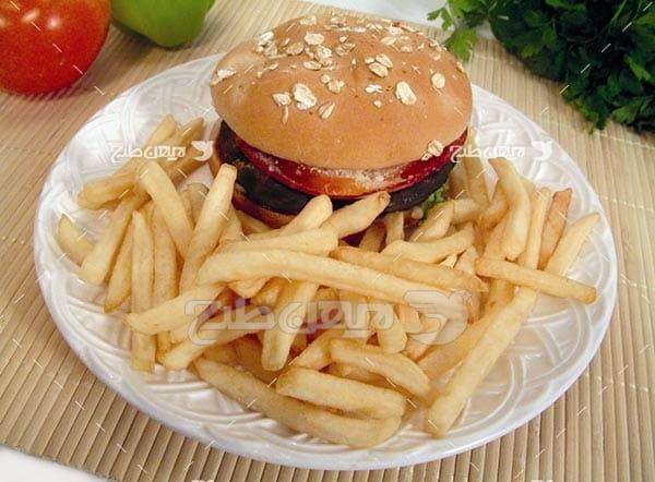 تصویر با کیفیت از همبرگر و خلال سیب زمینی