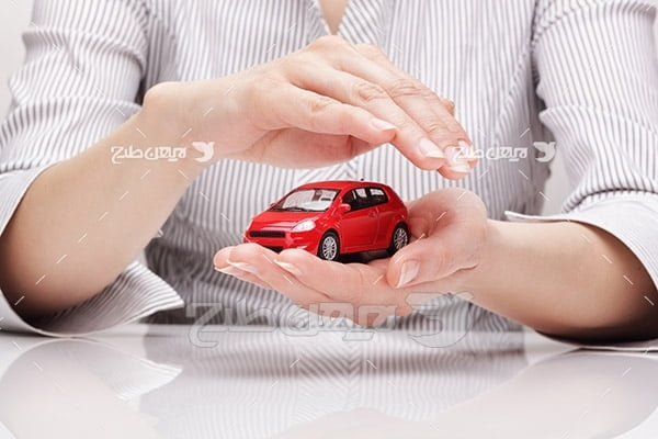تصویر بیمه ماشین و دست انسان