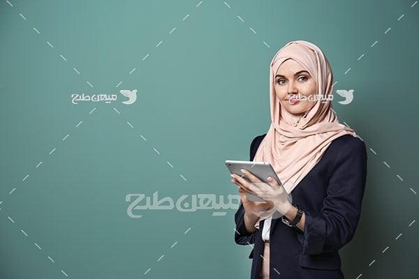 عکس تبلیغاتی خانم با حجاب و تبلت