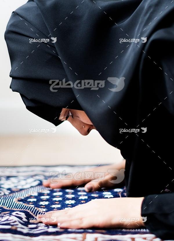 عکس زن محجبه در حال عبادت