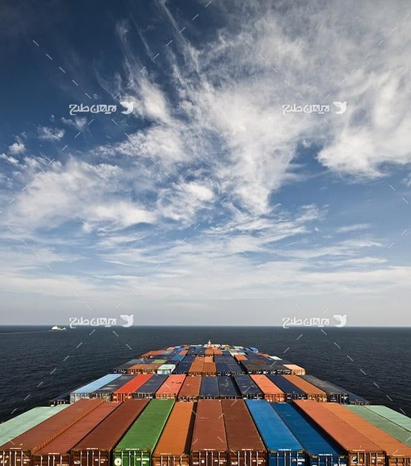 تصویر صنعتی از کانتینر در کشتی در دریا