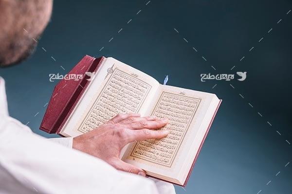 عکس با کیفیت از قرآن خواندن