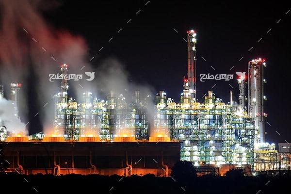تصویر صنعتی از پتروشیمی در شب