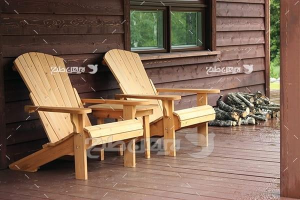 خانه و صندلی چوبی