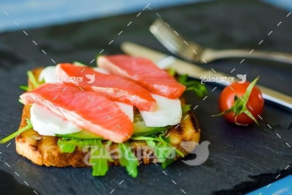 ساندویچ گوشت ماهی، گوجه فرنگی