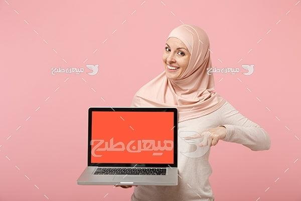 عکس تبلیغاتی خانم با حجاب و لپ تاپ