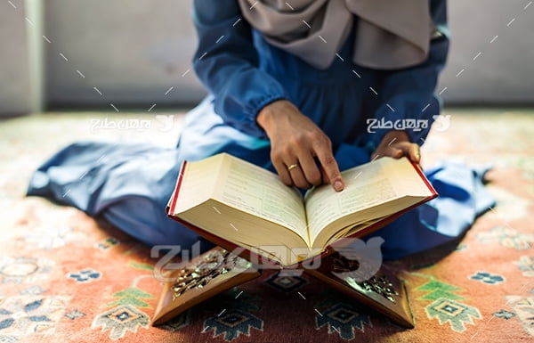 عکس زن محجبه در حال قرآن خواندن