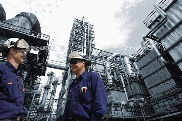 تصویر صنعتی از مهندسین صنعت در پالایشگاه