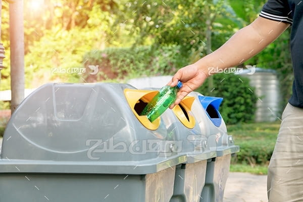 تصویر انداختن بطری در سطل زباله