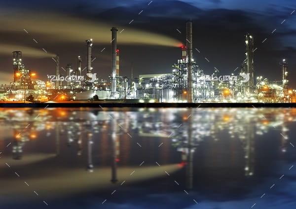 تصویر صنعتی از شرکت پتروشیمی در شب