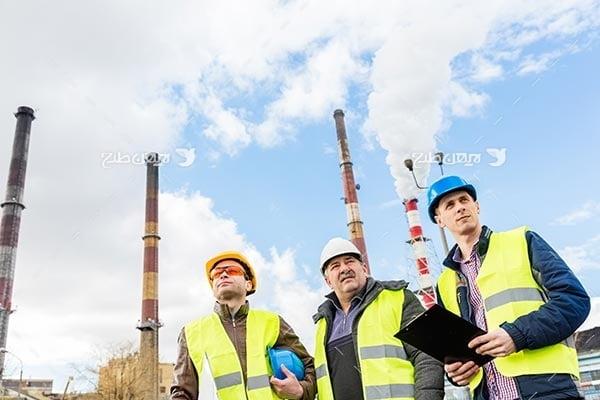 تصویر صنعتی پالابیشگاه و پتروشیمی مهندسین صنعتی و کلاه ایمنی