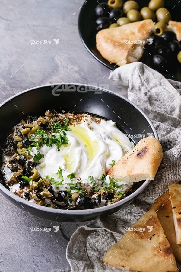 عکس ماست و نان با تزیین سبزی و زیتون