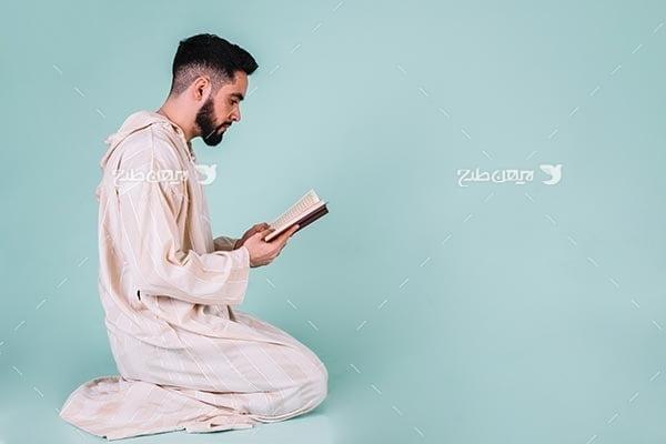 تصویر با کیفیت از مسلمان و قرآن خواندن