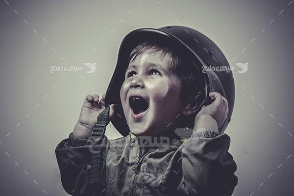تصویر کودک با لباس نظامی